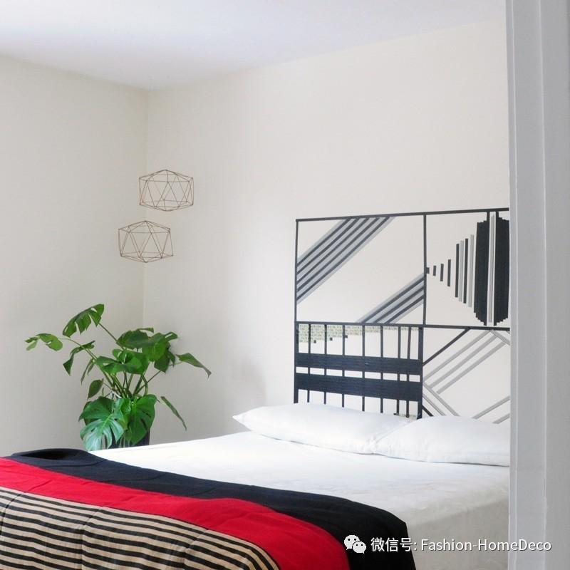 它是一个老式木板材质和复古花纹装饰的床头.图片