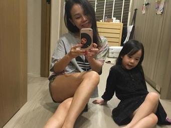 """彭佳慧因双胞胎女儿差点死亡,今一儿两女十分幸福"""""""