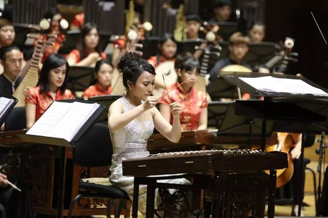 """扬琴协奏曲《狂想曲》""""狂想曲""""是一种技术艰深"""