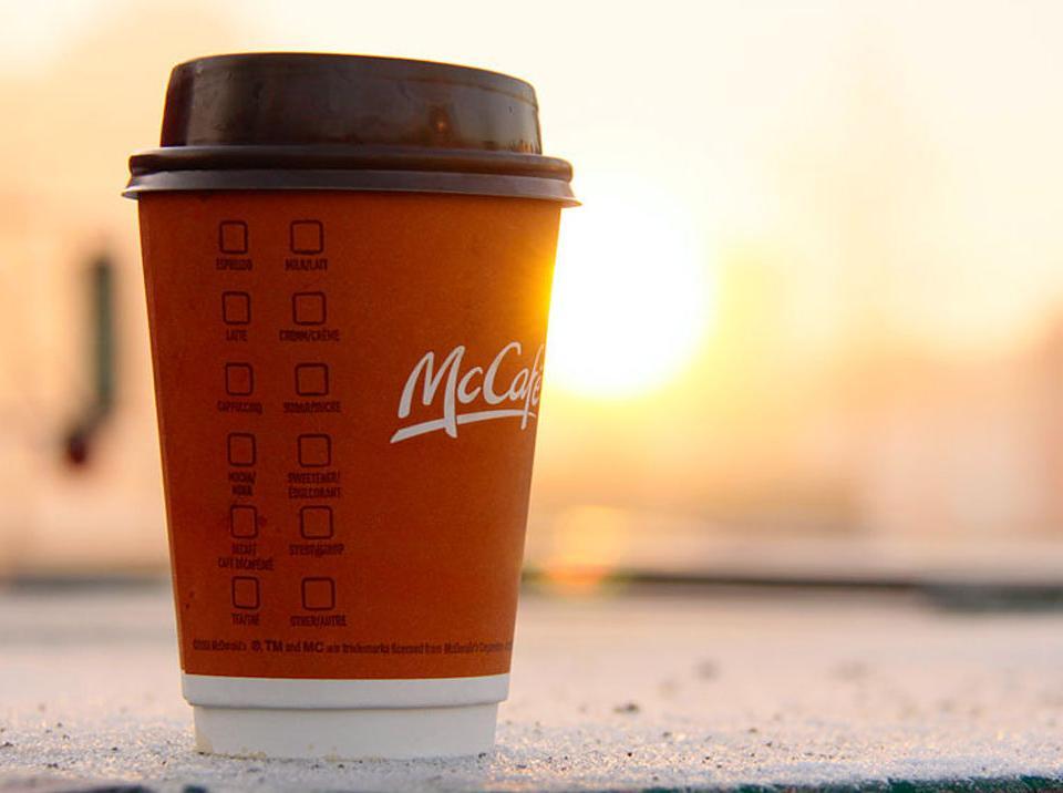 麦当劳咖啡杯子_有麦当劳撑腰,麦咖啡就能和星巴克抢生意?