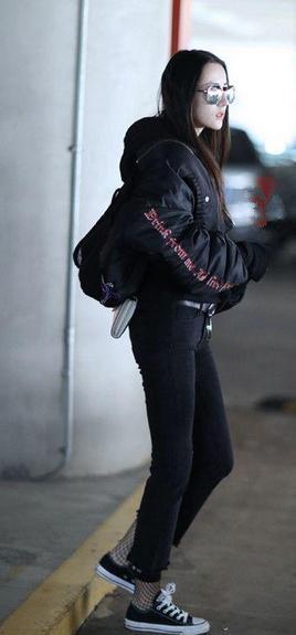 谁说只有辣妹才能穿 看迪丽热巴的渔网袜街拍