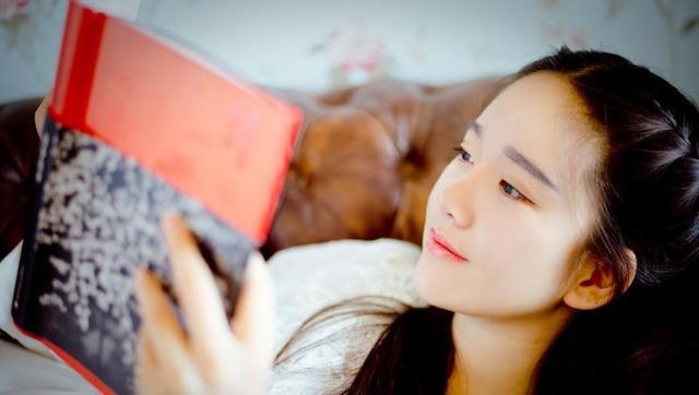 正在看书的唯美气质大学生女神家居写真图片