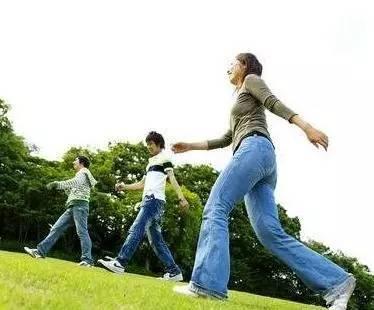 拱桥及飞燕式锻炼   退步行走   挺胸倒走,双手自然前后摆动,步子宜