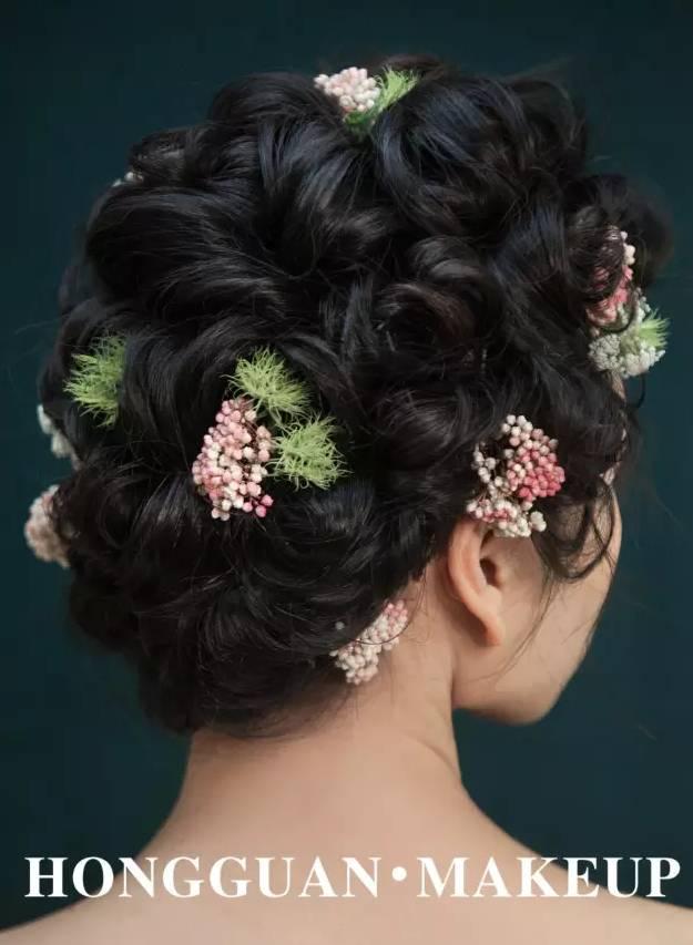 头发打上发胶,不要太过于规则,要乱中有序,然后将较小的鲜花(康乃馨最图片