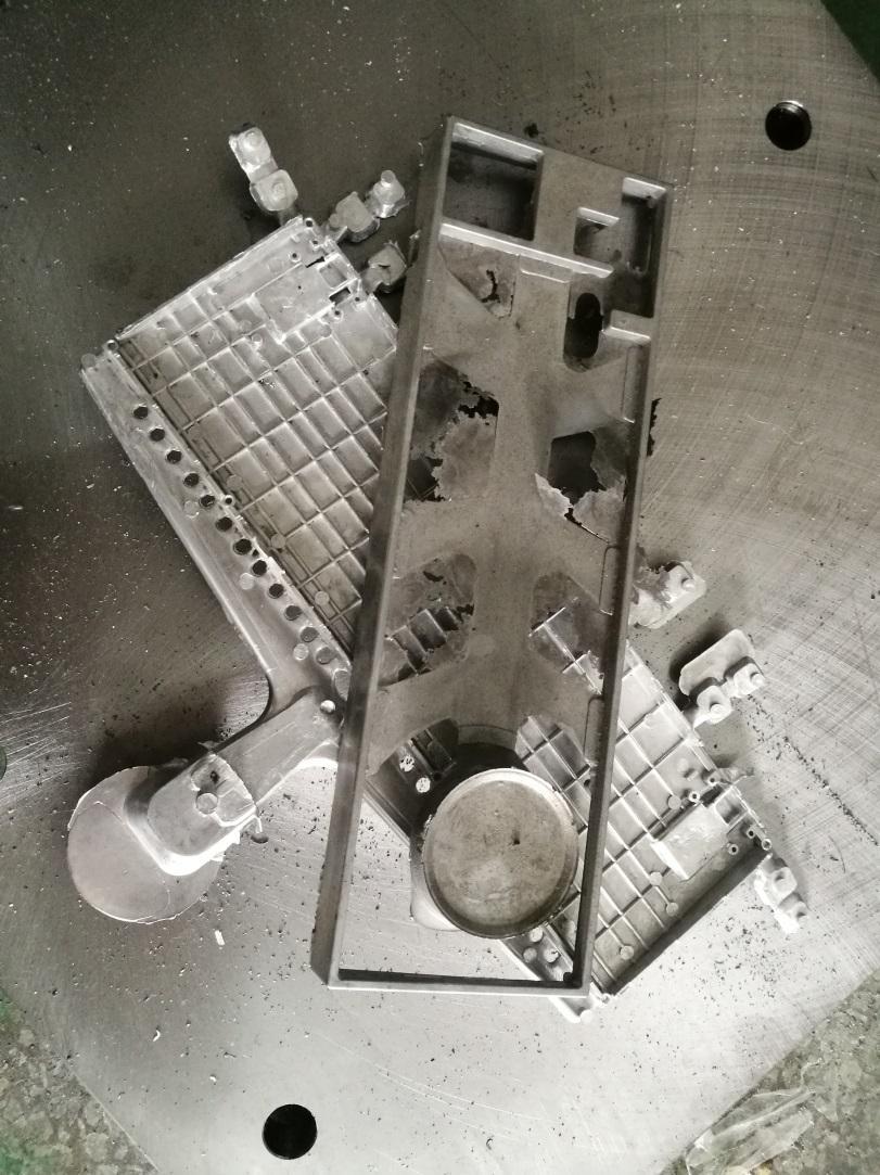 因为压铸大模具难度很大,尤其是键盘框子,必须确保每一滴液态金属能渗图片