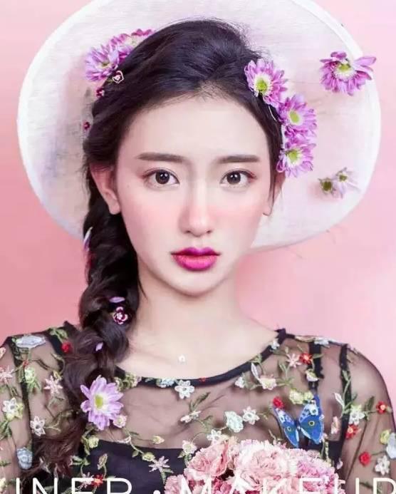 将两束头发分别束起,将发尾做成卷,然后将鲜花围绕在两束头发的发根图片