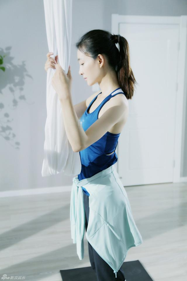 照片中王丽坤高束起马尾搭配简约深色运动装