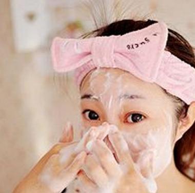 """掌握面部正确的洗脸方法可以加速面部白癜风的恢复"""""""