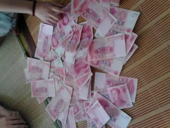 """天上真的会掉""""钱""""?滁州某小区突然飘落大把""""钞票""""!"""