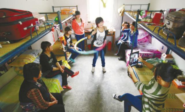 服装厂的初中生工资,满脸笑容女工大都来补贴师十二初中图片