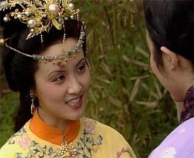反倒觉得邓婕的生活照看上去十分温柔贤惠