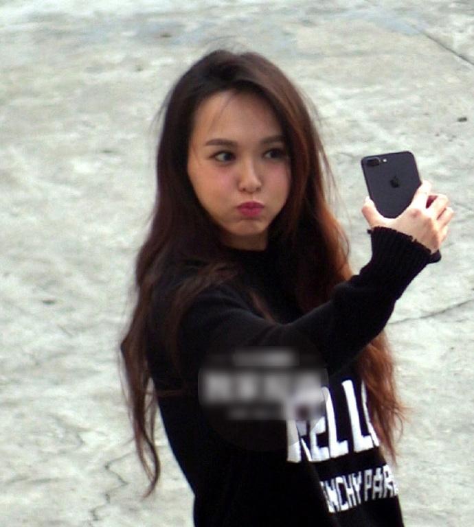 偷拍自拍亞州_唐嫣自拍时被偷拍,她自拍时太可爱了