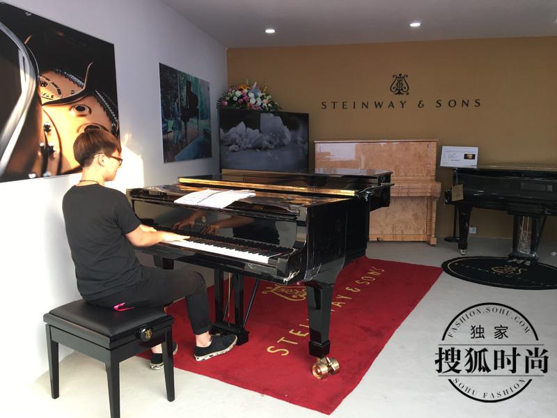 有多少学钢琴的孩子会羡慕下图这位穿黑衣服的