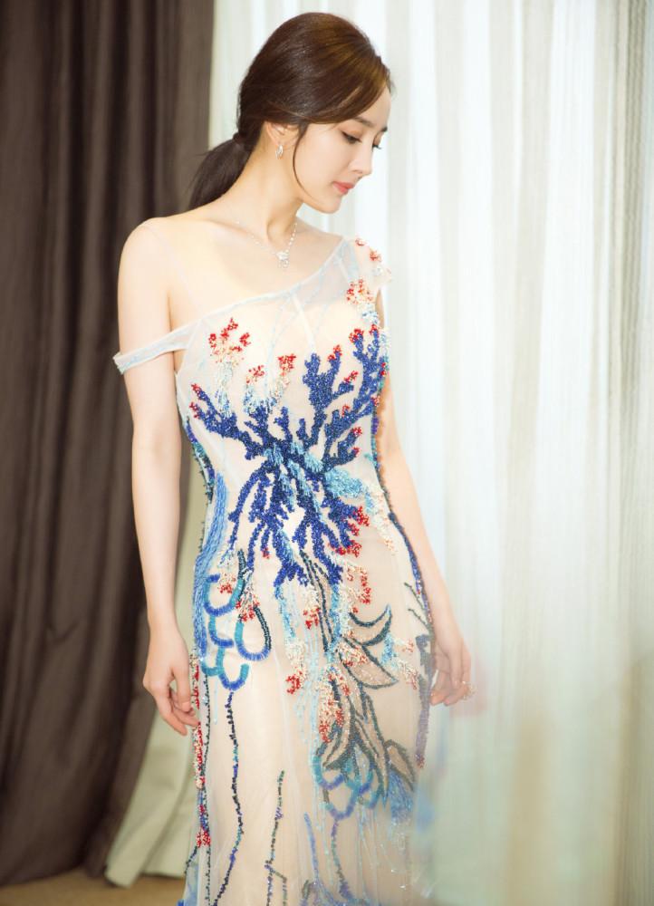 杨幂穿裸色绣花礼服美出天际 完美身材展露无余