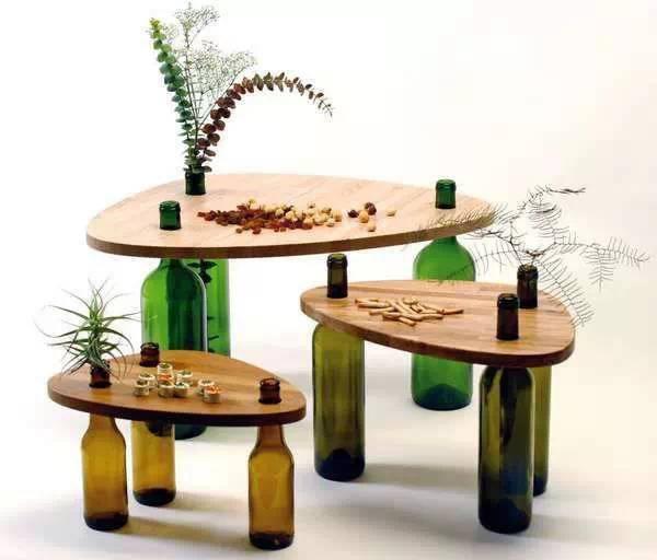 只需要一块木板,几个酒瓶子就可以制成一张小桌子啦!