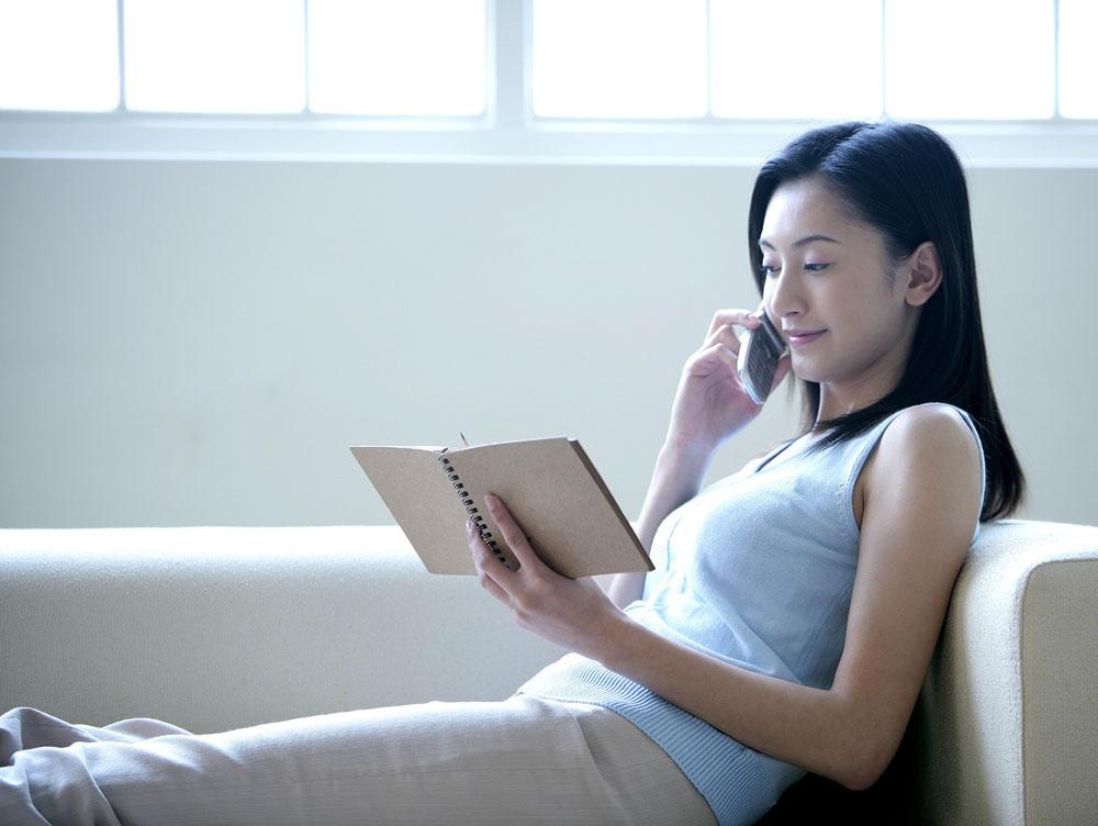 平时睡觉前可以用手对颈部做一些按摩,枕头应选不太高,软的,为良好