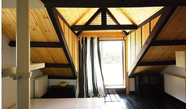 三楼增室内楼梯和小开放厨房原先在房外的厨房保留中式煤气灶也可做图片