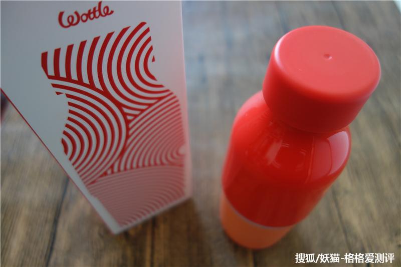 暖手杯的原理_wottle充电暖手杯具有保温、保冷、移动电源、暖手宝等多重功能,采用分体式的设计,上部为水杯部分,下部可以最为暖手宝或者移动电源为手机