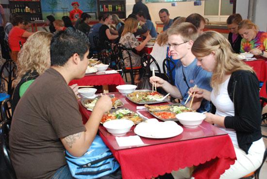 在这里,可以看到许多的美国人,熟练的使用筷子在吃饭.图片