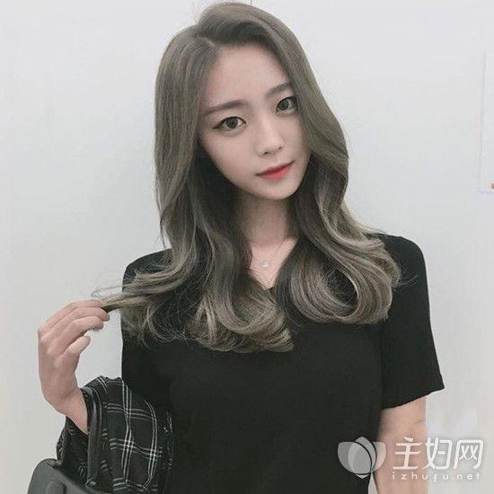 喜欢烫发的MM可以选择这款颇具时尚潮流感的中长发烫发发型,披肩中图片