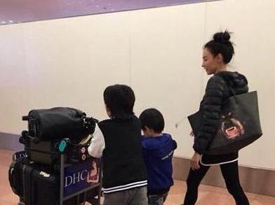 """张柏芝带着俩儿子现身机场,儿子自己推行李箱"""""""