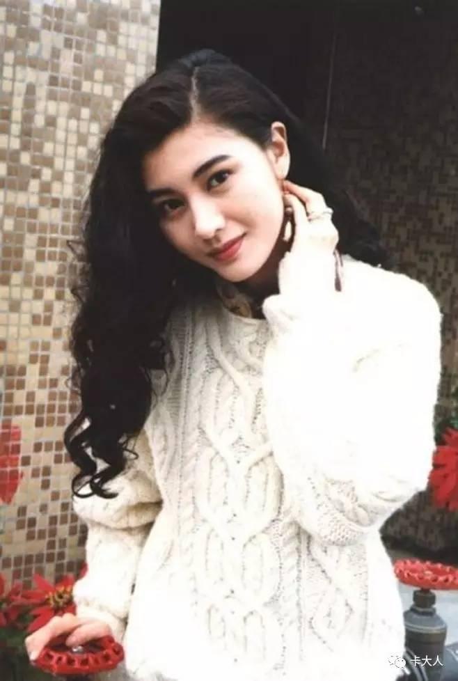 卷发搭配简单款式的毛衣让李嘉欣看起来温柔又清纯.图片