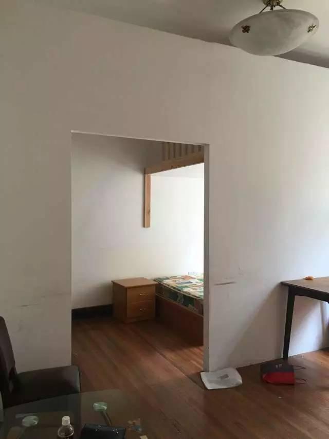 大家决定,把小房间原有的门封住,将小卧室与大卧室打通,以前的大卧室图片