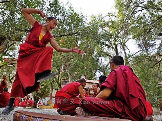 观看色拉寺僧人辩经,既感到神秘又让人敬仰