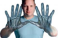 有一位生物黑客将芯片植入自己皮下成半自动机器人