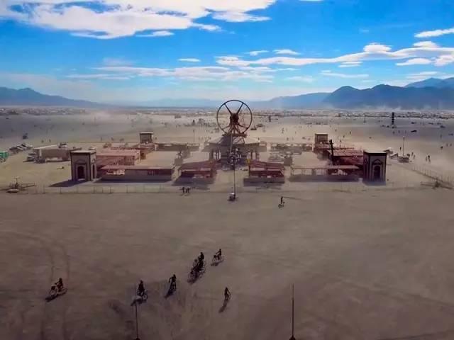 """野姑娘孤身穿越沙漠遇传说中""""地狱之门""""九死一生"""""""