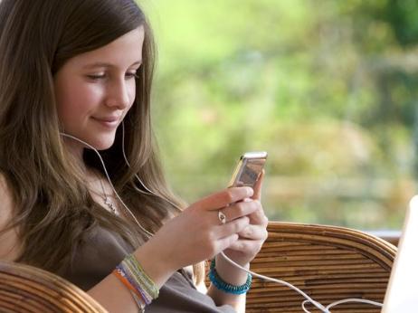 """手机有辐射怎么办?手机放哪儿才不会影响生育呢?"""""""