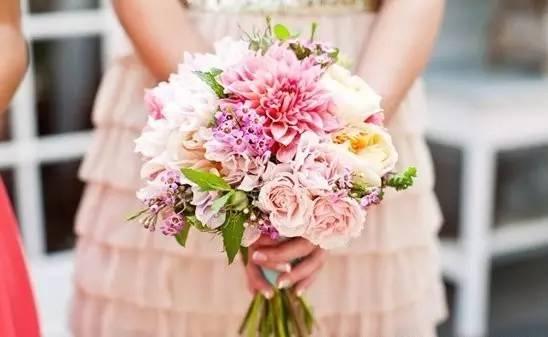 五、手捧花:   新娘手捧花在婚礼上是必不可少的,当婚礼那天新郎将手捧花轻轻地交到新娘的手中,从走出家门直到迈入教堂新娘便一直紧握着这份甜蜜,直到婚礼结束时将捧花抛给期盼幸福的另一位女子.
