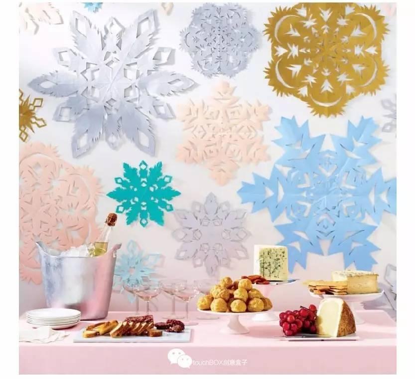 各种颜色的雪花剪纸营造起节日气氛来也毫不含糊
