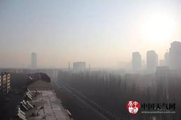 河南郑州出现雾霾天气
