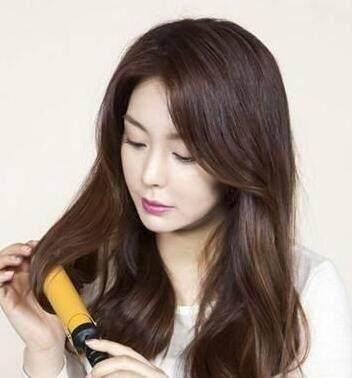 要创造出空气感,所以美人们务必使用电卷棒把头发弄的软绵,松卷.