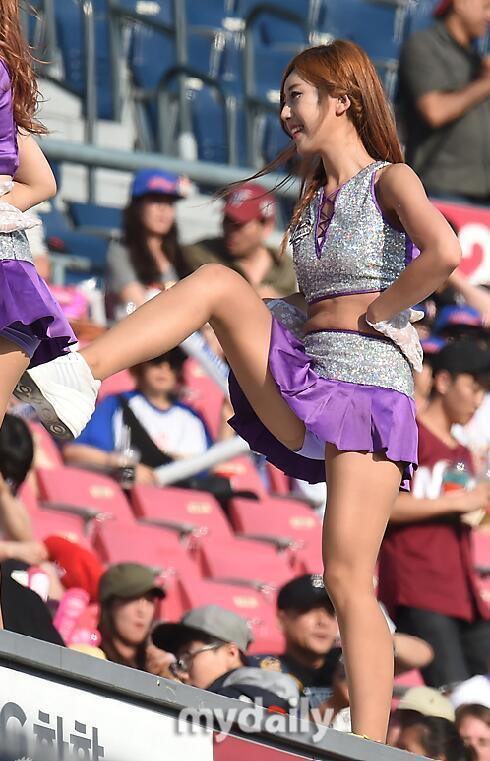 拉拉队美女性感短裙台上热舞,为了出名?傍大