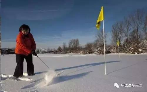 """冬季在雪中打高尔夫是种怎样的体验?"""""""