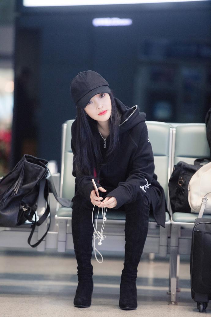 帅酷李小璐机场被偷拍,不怒反夸摄影师图片