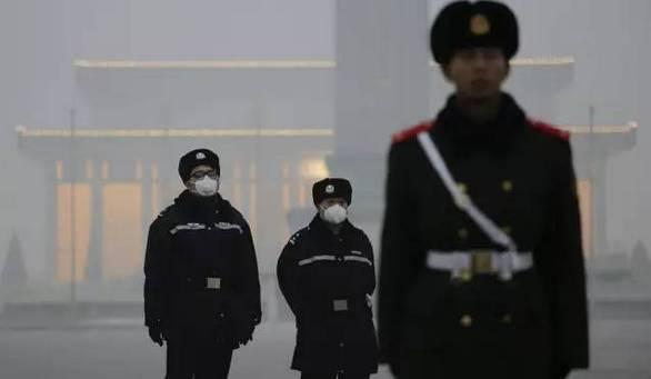 雾霾天戴口罩执勤