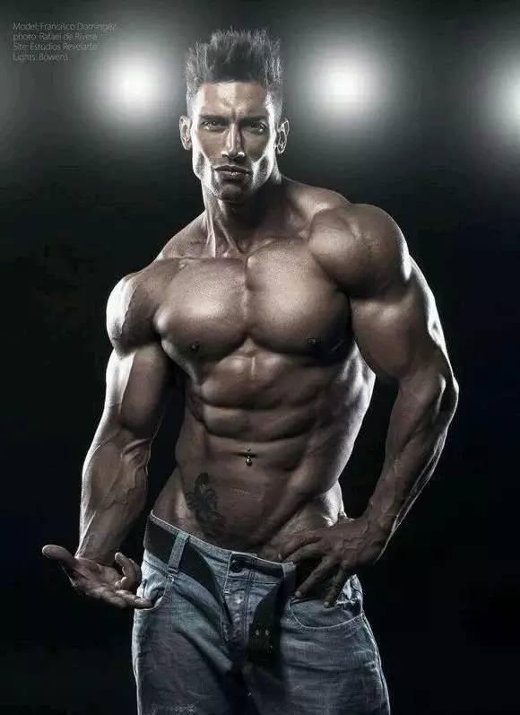 剖开肌肉男腹肌的视频