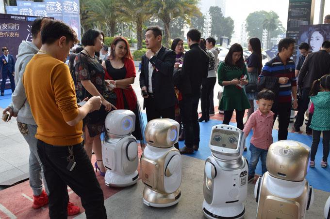人员为嘉宾讲解机器人云小宝)-茵特里云小宝携手新加坡天后助阵艺