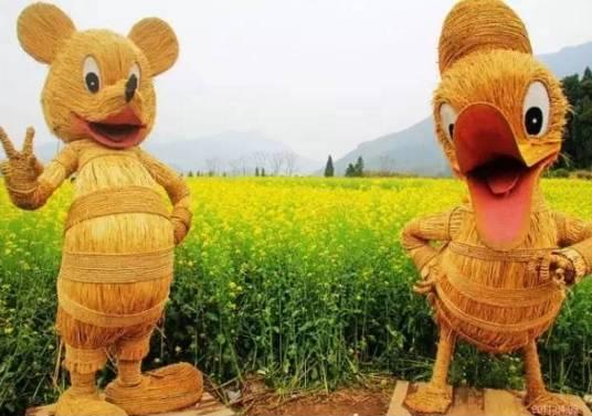 用稻草编织的迪士尼经典角色,合影停不了