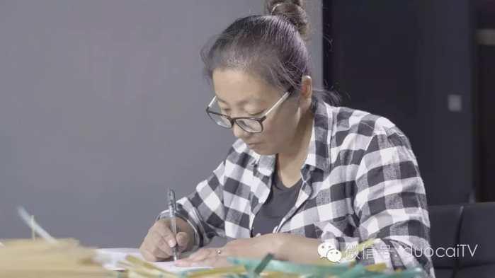 在黑板上画一幅简笔画让学生画,大都是小动物、花草树木之类,即使