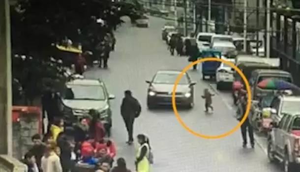 """【悲剧!】幼童突然冲上马路 司机为避让驾车冲进人"""""""