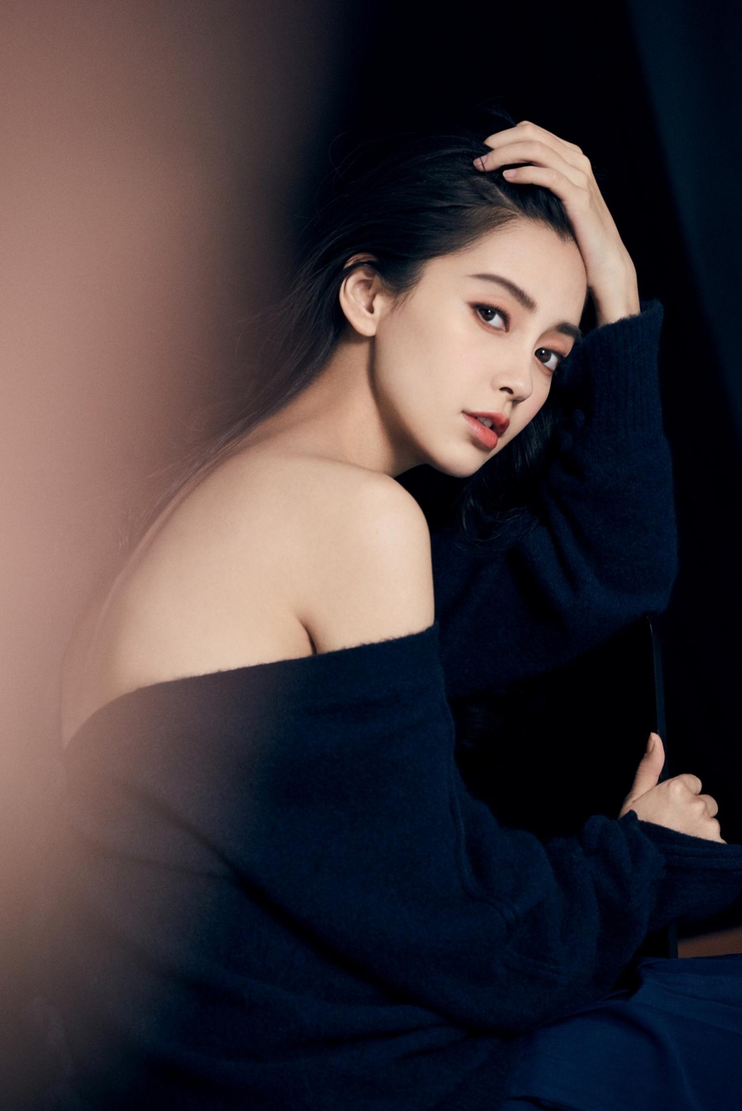 半裸刘穗PK湿发Kiko Style万年历告诉你谁更魅惑!