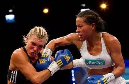 【组图】她是一个选手视频,却也是一位自信的华成拳击法硕图片