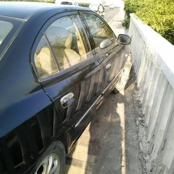 """厦门大桥上小车惊险撞护栏,罪魁祸首竟是……"""""""