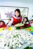 """爱心妈妈与留守儿童吃饺子过冬至图"""""""