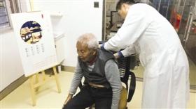 """免费中医服务为老人送温暖图"""""""