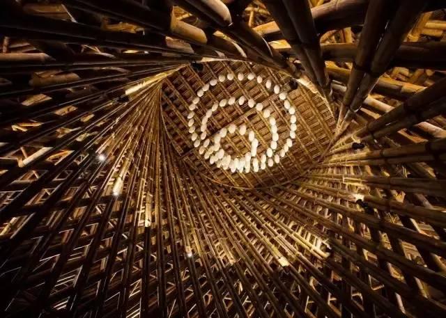 比如钢材和玻璃等,当然主要的结构框架还是采用的是以竹子为主,而有了
